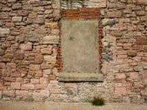 Pared de piedra reparada con ladrillo Fotos de archivo