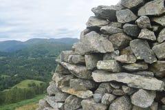 Pared de piedra sobre la mirada de las montañas del distrito del lago Imagen de archivo