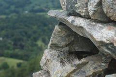 Pared de piedra sobre la mirada de un valle Foto de archivo