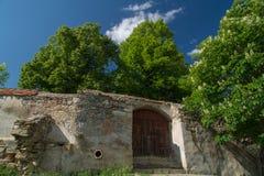 Pared de piedra de una iglesia fortificada en Transilvania, en tiempo de primavera Fotografía de archivo