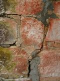 Pared de piedra vieja agrietada de la chimenea fotos de archivo