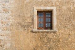 Pared de piedra vieja con una ventana Fotografía de archivo