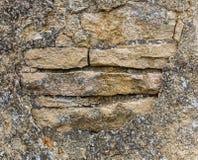 Pared de piedra vieja con yeso que desmenuza Foto de archivo