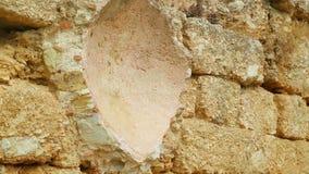 Pared de piedra vieja del edificio antiguo abandonado, protección del patrimonio cultural metrajes