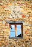 Pared de piedra w/window y cresta imagenes de archivo