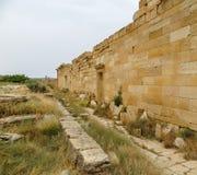 Pared de piedra y bloques en las ruinas romanas antiguas de Leptis Magna en costa mediterránea del ` s de Libia fotografía de archivo libre de regalías