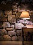 Pared de piedra y lámpara elegante imágenes de archivo libres de regalías