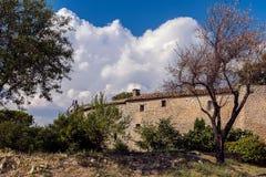 Pared de piedra y nubes de tormenta Imagen de archivo