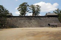 Pared de piedra y patio del castillo japonés fotos de archivo