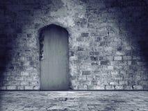 Pared de piedra y piso dañados viejos con a puerta cerrada Imágenes de archivo libres de regalías