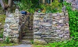 Pared de piedra y puerta Imagen de archivo