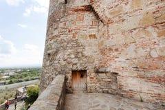 Pared de piedra y puerta de madera de la iglesia del ` de los arcángeles, construidas de piedra en siglo XVI, ciudad de Gremi, Ge Foto de archivo libre de regalías