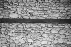 Pared de piedras en negro un blanco Foto de archivo libre de regalías