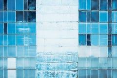 Pared de un edificio abandonado con los vitrales Fondo para una tarjeta de la invitación o una enhorabuena entonado Imagen de archivo libre de regalías
