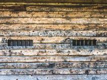 Pared de un granero de madera con las ventanas foto de archivo