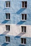 Pared de varios pisos residencial del edificio con la ventana Imagen de archivo libre de regalías