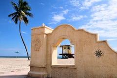 Pared decorativa en la playa Foto de archivo libre de regalías