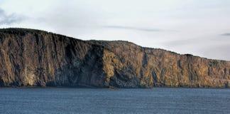 Pared del acantilado cerca de Flatrock y de Torbay, Terranova, Canadá Imagenes de archivo