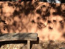Pared del adobe y banco contemplativos de la piedra Foto de archivo libre de regalías