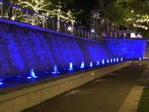 Pared del agua con las luces azules Imagen de archivo libre de regalías
