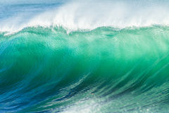 Pared del agua de la ola oceánica Fotos de archivo