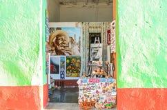 Pared del Caribe verde y roja en Trinidad Cuba imagenes de archivo