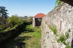 Pared del castillo con el fondo de la torre imagenes de archivo