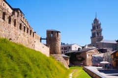 Pared del castillo de Templar y de la calle de la ciudad Ponferrada Imagen de archivo