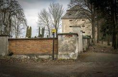 Pared del cementerio con la torre imágenes de archivo libres de regalías
