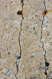 Pared del cemento de la grieta del peligro Fotografía de archivo libre de regalías