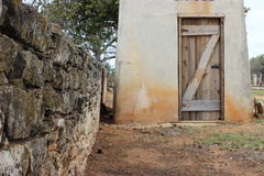 Pared del country rock de la colina de Tejas y casa bien Imagenes de archivo