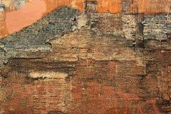 Pared del edificio de ladrillo demolido viejo, abandonado y arruinado Foto de archivo libre de regalías