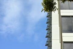 Pared del edificio de oficinas con el cielo y las nubes para el copyspace fotografía de archivo libre de regalías