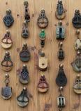 Pared del fondo del metal viejo y de las poleas de madera Imágenes de archivo libres de regalías