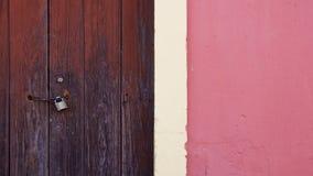 Pared del fragmento con el viejo detalle de madera de la puerta imagen de archivo libre de regalías