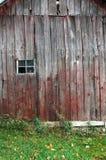 Pared del granero con una ventana Fotos de archivo libres de regalías