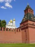 Pared del Kremlin con el castillo Imágenes de archivo libres de regalías