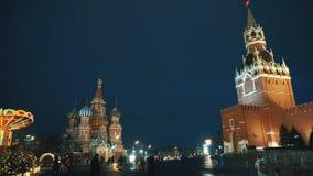 Pared del Kremlin del reloj del Kremlin de la Plaza Roja, la catedral de la albahaca del santo, feria tradicional almacen de metraje de vídeo