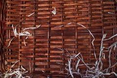Pared del marrón oscuro de la cerca, tejida de un árbol, con las virutas blancas Fotografía de archivo libre de regalías