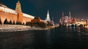 Pared del mausoleo y del Kremlin de Lenin en Plaza Roja Feria tradicional, panorama almacen de video