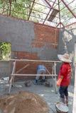 Pared del mortero del trabajador de la casa en el emplazamiento de la obra fotos de archivo libres de regalías