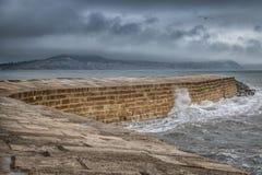 Pared del puerto de Lyme Regis Cobb en un día tempestuoso fotos de archivo
