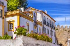 Pared del siglo XI Obidos Portugal del castillo del edificio amarillo blanco Imagen de archivo