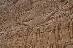 Pared del templo de Karnak fotos de archivo