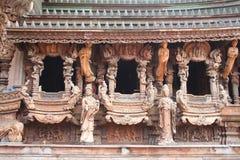Pared del templo de madera de la verdad Imagenes de archivo