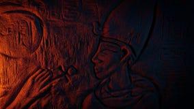 Pared egipcia antigua que talla en resplandor del fuego metrajes