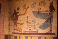 Pared egipcia del templo llenada de los jeroglíficos fotos de archivo