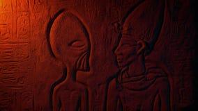 Pared egipcia extranjera antigua que talla en luz del fuego metrajes