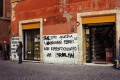 Pared en ghetto Ventanas viejas hermosas en Roma (Italia) Imagenes de archivo