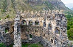 Pared en la fortaleza de Khertvisi en la montaña georgia Fotos de archivo libres de regalías